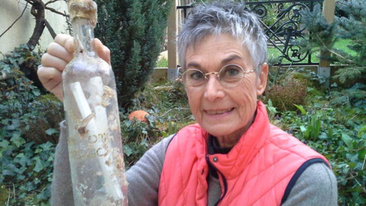 Brigitte Barthélémy et son mari Alain ont retrouvé cette bouteille sur la plage de La Tremblade, en Charente-Maritime. (DR)