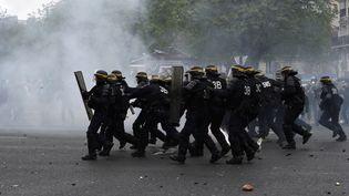 Des CRS lors d'une manifestation contre la loi travail à Paris, samedi 9 avril 2016. (MIGUEL MEDINA / AFP)