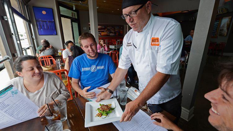 Le chef Sean Chaney sert un plat de foie gras à des clients, le 29 juin 2012 à Hermosa Beach, en Californie (Etats-Unis). (KEVORK DJANSEZIAN / AFP)