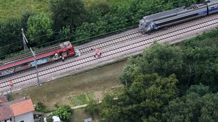 Les lieux de l'accident au lendemain de la collision entre un TER et un TGV, le 18 juillet 2014, à Denguin (Pyrénées-Atlantiques). (  MAXPPP)