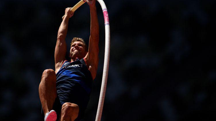 Le Français Kevin Mayer lors de l'épreuve du saut à la perche du décathlon, à l'occasion des Jeux de Tokyo, le 5 août 2021. (BEN STANSALL / AFP)