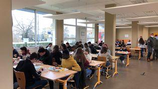 Grâce au fonctionnement hybride mis en place à la cité scolaire de Toucy (Yonne), le réfectoire est moins dense. (ALEXIS MOREL / FRANCE-INFO)