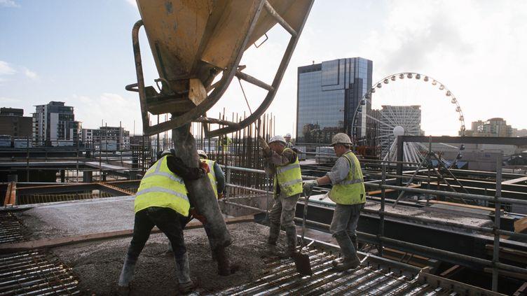 Des ouvriers travaillent sur un chantier à Londres(Grande-Bretagne)/ (CONSTRUCTION PHOTOGRAPHY/AVALON / HULTON ARCHIVE)