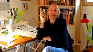 Etienne Davodeau reçoit les journaliste dans son antre  (France 3 / Culturebox)