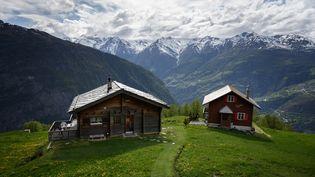 Le village de Gspon, dans les Alpes suisses, en mai 2020. (FABRICE COFFRINI / AFP)