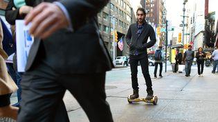 Un utilisateur d'hoverboard à New York (Etats-Unis), le 15 décembre 2015. (TIMOTHY A. CLARY / AFP)
