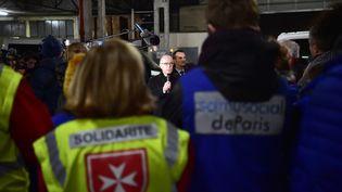 Bernard Cazeneuve au Samu social d'Ivry-sur-Seine (Val-de-Marne), mardi 17 janvier. (CHRISTOPHE ARCHAMBAULT / AFP)