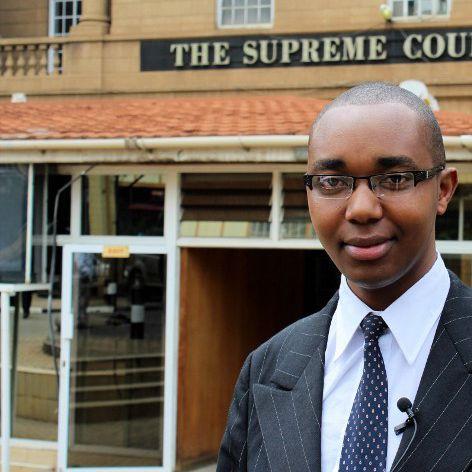 Le jeune avocat kenyan Félix Kiprono devant le siège de la cour suprême à Naïrobi le 28 Mai 2015 (Photo AFP)