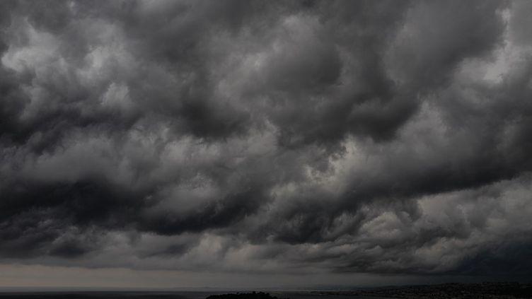Des nuages sombres au-dessus de la Nie, le 27 juillet 2019 (VALERY HACHE / AFP)
