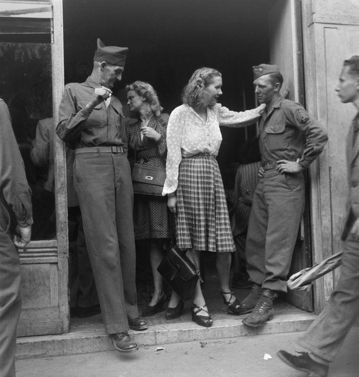 Des soldats américains devant un bar, Paris, France, 1946  (Paul Senn)
