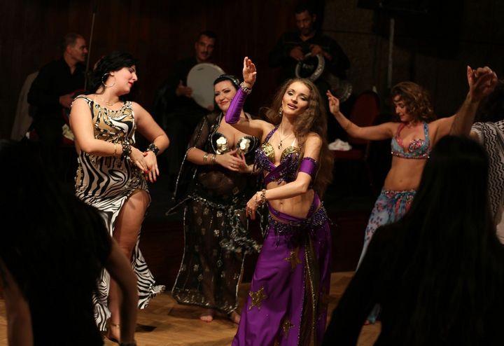 Des danseuses du ventre lors d'un spectacle dans un hôtelau Caire, le 12 décembre 2012. (PATRICK BAZ / AFP)