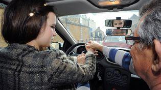 Une jeune femme apprend à conduire avec un moniteur d'auto-école du Mans (Sarthe), le 19 mars 2012. (JEAN-FRANCOIS MONIER / AFP)