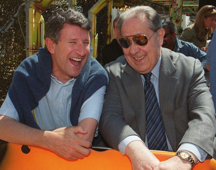 Philippe de Villiers et Charles Pasqua, complices et alliés, le 1er mai 1999, en pleine campagne des européennes. (BERTRAND GUAY / AFP)