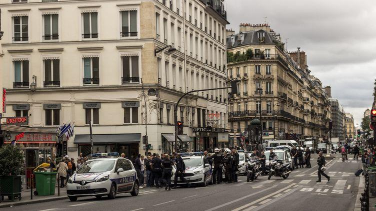 Un large dispositif policier a été déployé, samedi 17 septembre 2016 à Paris, après une fausse alerte à la bombe. (MARTIN BERTRAND / AFP)