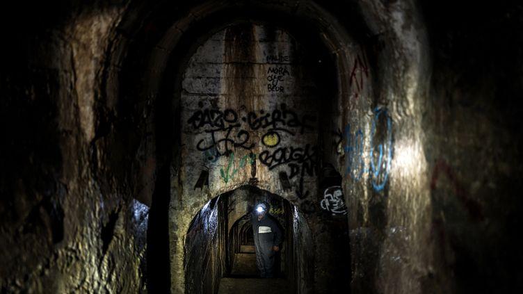 Un employé de la métropole de Lyon explore le souterrainqui descend duquartier de la Croix-Rousse jusqu'au Rhône, sur quelque deux kilomètres de galleries. (JEFF PACHOUD / AFP)