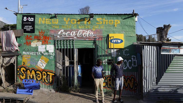 """Un """"shebeen"""", bar informel dans un township du Cap, en Afrique du Sud. (MIKE HUTCHINGS / REUTERS)"""