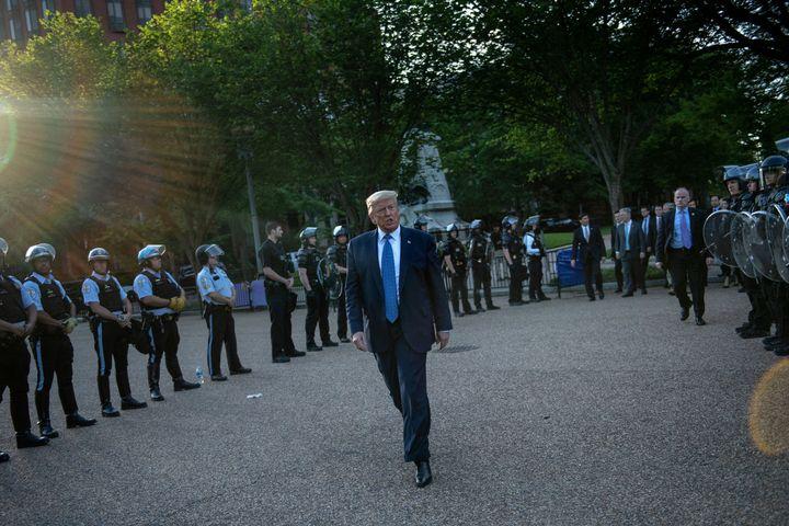 Protégé par un important dispositif policier, Donald Trump se rend de la Maison Blanche à l'église Saint John, à Washington, le 1er juin 2020. (BRENDAN SMIALOWSKI / AFP)
