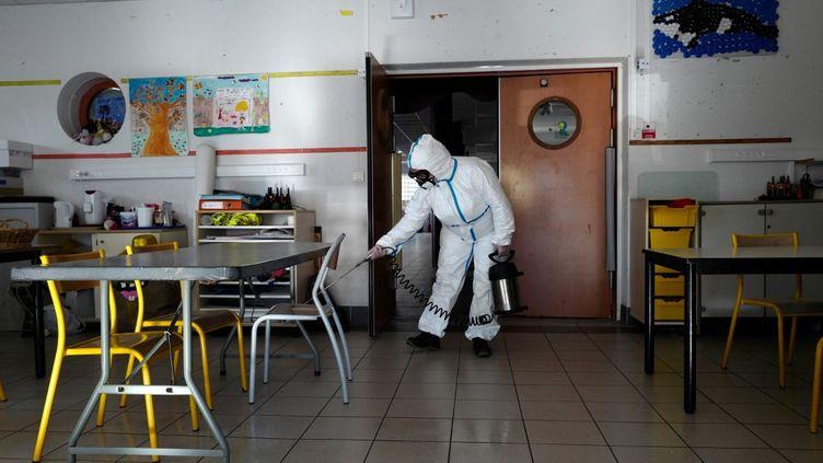 Désinfection d'une école primaire à Cannes (Alpes-Maritimes), le 10 avril 2020. (VALERY HACHE / AFP)