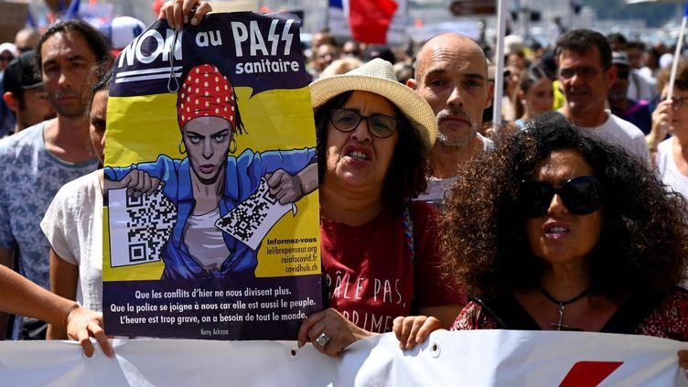 Des manifestants contre le pass sanitaireà Marseille (Bouches-du-Rhône), le 21 août 2021. (NICOLAS TUCAT / AFP)