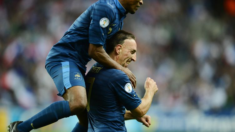 Franck Ribéry, homme du match contre la Biélorussie, félicité par Patrice Evra lors de la rencontre, disputée au Stade de France, le 11 septembre 2012. (FRANCK FIFE / AFP)
