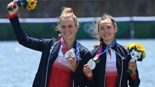 Les Françaises Laura Tarantola et Claire Bové ont apporté la première médaille d'argent de la journée, jeudi 29 juillet 2021. (LUIS ACOSTA / AFP)