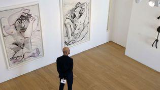 """""""Nu couché"""", 1957, et """"Femme sur un oreiller"""", 1969, de Picasso au Musée Picasso dans le cadre de l'exposition inaugurale du musée restauré.  (François Mori / AP / SIPA)"""