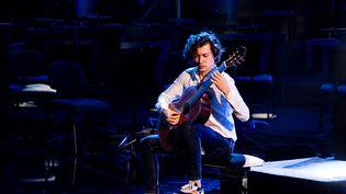 Le guitariste Thibaut Garcia en répétition pour les Victoires de la musique classique 2021, à l'Auditorium de Lyon, le 23 fevrier 2021. (MARINE GONARD / HANS LUCAS)