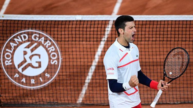 Le Serbe Novak Djokovic après sa victoire en quarts de finale de Roland-Garros contre l'Espagnol Pablo Carreno Busta mercredi 7 octobre 2020 à Paris. (MARTIN BUREAU / AFP)