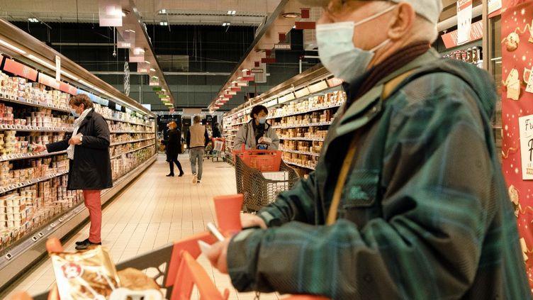 Des clients font leurs courses dans un supermarché Leclerc, en Gironde, le 23 décembre 2020. (VALENTINO BELLONI / HANS LUCAS / AFP)