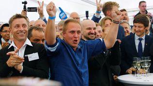 Des partisans de l'AfD célèbre leurs résultatsdans le Mecklembourg-Poméranie occidentale,en Allemagne, dimanche 4 septembre. (HANNIBAL HANSCHKE / REUTERS)