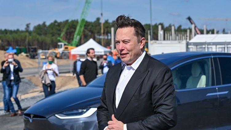 Elon Musk lors d'une visite sur le chantier d'une usine Tesla, le 3 septembre 2020, à Berlin (Allemagne). (PATRICK PLEUL / AFP)