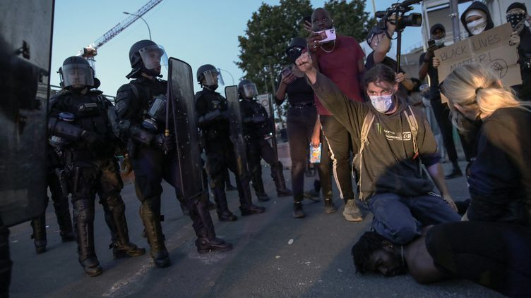 Malgré l'interdiction de la préfecture de police en raison de la crise sanitaire du Covid-19, une foule très jeune a répondu mardi 2 juin soir à l'appel du collectif pour Adama Traoré, mobilisée aussi par les événements aux Etats-Unis. (PHILIPPE DE POULPIQUET / MAXPPP)