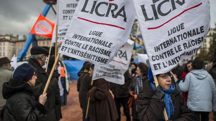 Des militants de la LICRA tiennent des pancartes durant un rassemblement contre le racisme dans les rues de Lyon, le 30 novembre 2013. (MAXPPP)