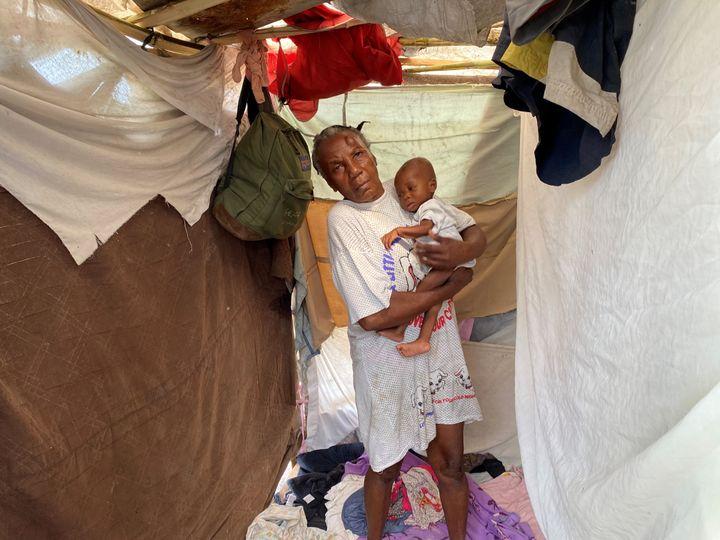 Une grand-mère et sa petite fille dans un abri de fortune après avoir perdu leur maison. (BORIS LOUMAGNE / RADIO FRANCE)