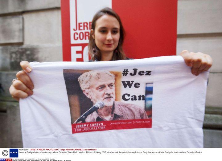 """Une supportrice de Jeremy Corbyn brandit un tee-shirt """"Jez we can"""", le 3 août 2015 à Londres (Royaume-Uni), en référence au slogan de campagne de Barack Obama. (TOLGA AKMEN / SIPA)"""