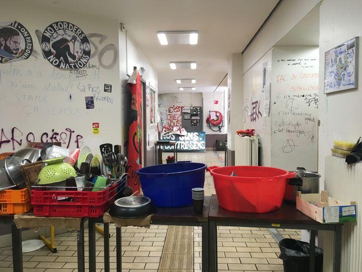 La vaisselle des occupants de la faculté de Tolbiac sèche dans le hall, le 18 avril 2018 à Paris. (BENOIT ZAGDOUN / FRANCEINFO)