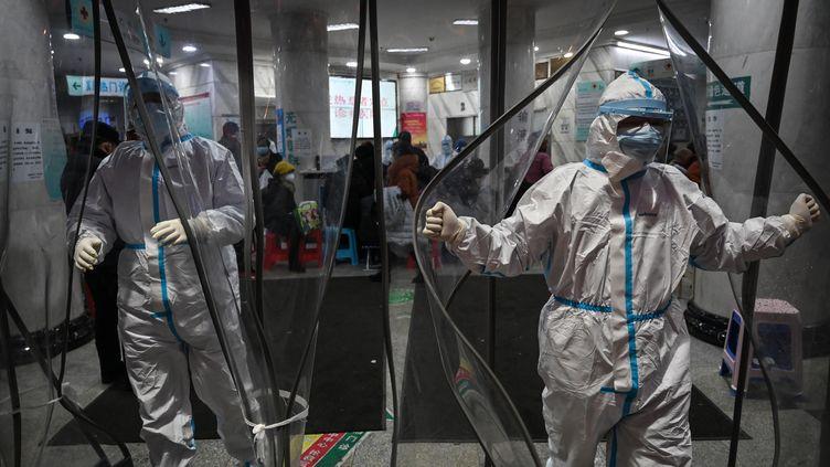Des soignants dans l'hôpital de la Croix Rouge (Chine), le 25 janvier 2020. (HECTOR RETAMAL / AFP)