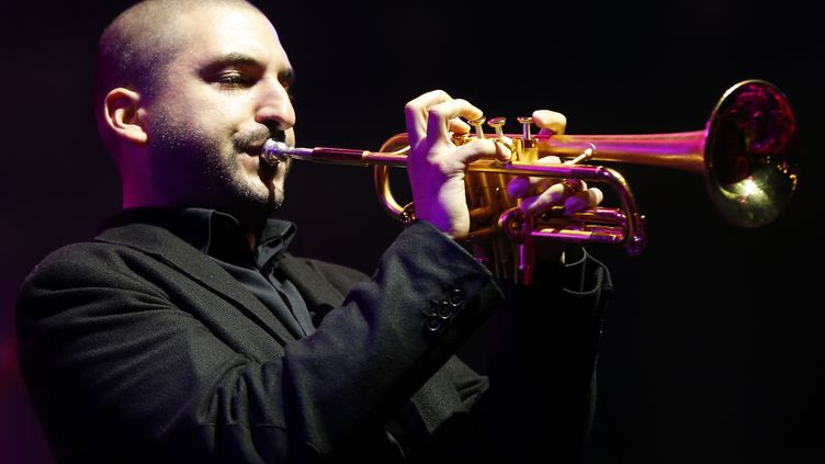 Le trompettiste Ibrahim Maalouf, sur la scène du Nice Jazz Festival, le 9 juillet 2014. (VALERY HACHE / AFP)