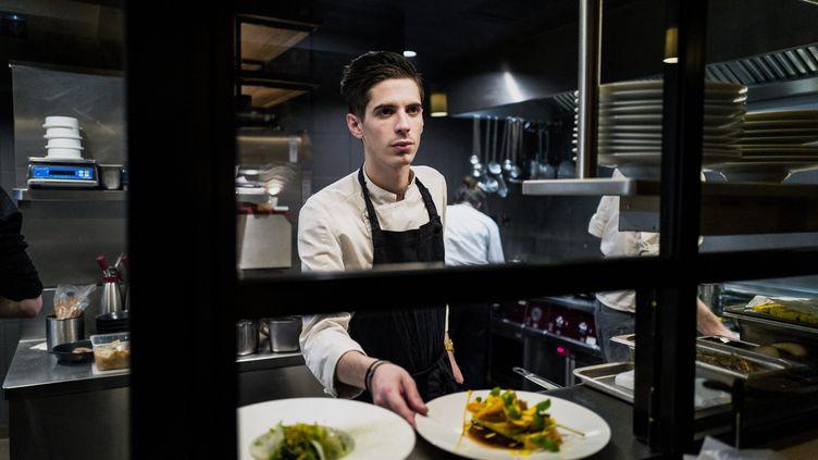 Le chef Adrien Zedda dans son restaurant Culina Hortus à Lyon, le 26 mars 2019. (JEFF PACHOUD / AFP)