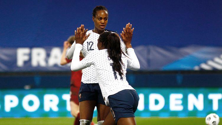 Marie-Antoinette Katoto (de face) et Kadidiatou Diani (de dos) lors de la victoire face à l'Angleterre, vendredi 9 avril. (SAMEER AL-DOUMY / AFP)