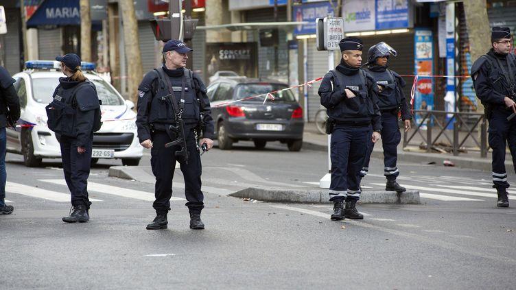 Des policiers devant le commissariat de la Goutte-d'Or, dans le 18e arrondissement parisien, le 7 janvier 2016. (CITIZENSIDE/PATRICE PIERROT / AFP)