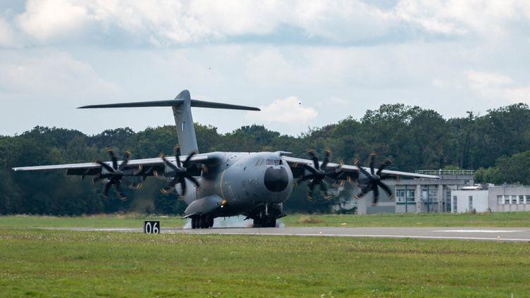 Un avion A 400 M de l'armée de française, transportant des exfiltrés d'Afghanitan dans le cadre de l'opération Apagan, le 29 août 2021. (ETAT-MAJOR DES ARMÉES / AFP)