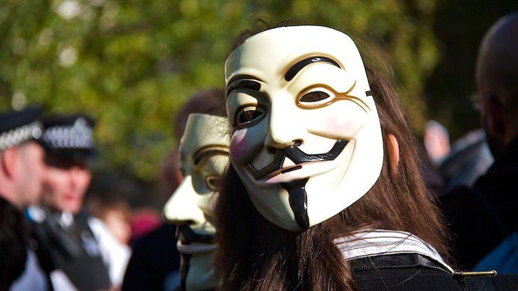 Une manifestante porte le masque qui symbolise le collectif Anonymous, le 15 octobre 2011 à Londres (Royaume-Uni). (DAVID K HARDMAN / CITIZENSIDE.COM)