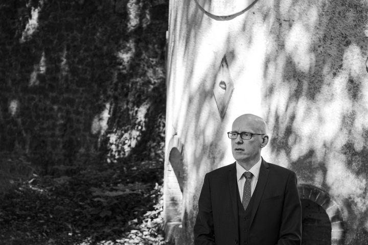 Julien Miniconi, commissaire du 10e arrondissement au moment des attents du 13-Novembre. Il est ici photographié par David Fritz-Goeppinger, un des otages du Bataclan (DAVID FRITZ-GOEPPINGER POUR FRANCEINFO)