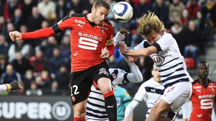 Le défenseur du Stade Rennais, Sylvain Armand (en rouge), ici au duel aérien avec le milieu de terrain bordelais Clément Chantôme. (DAMIEN MEYER / AFP)