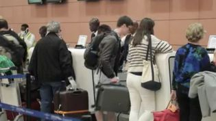 Avec les fermetures des frontières liées au Covid-19, des dizaines de milliers de Français sont bloqués à l'étranger. Au Sénégal, les ressortissants français ne savent plus comment faire. (FRANCE 2)