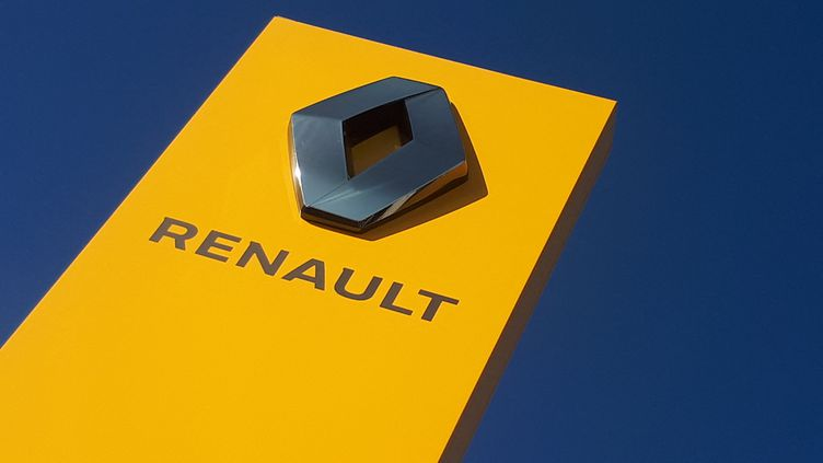 L'enseigne Renault d'un garage. (STÉPHANIE BERLU / FRANCE-INFO)