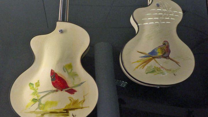 Guitare oiseaux peintes parLorenzani (France 3 PACA)