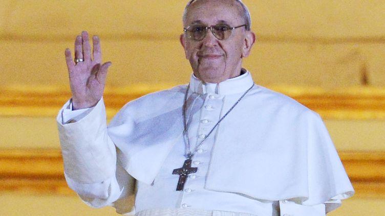 L'Argentin Jorge Mario Bergoglio devient le pape François. Il a prononcé ses premiers mots depuis le balcon de la basilique Saint-Pierre, au Vatican,le 13 mars 2013. (VINCENZO PINTO / AFP)