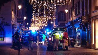 Des secouristes dans une rue de Strasbourg le 11 décembre 2018 après une attaque. (FRANCOIS D'ASTIER / AFP)